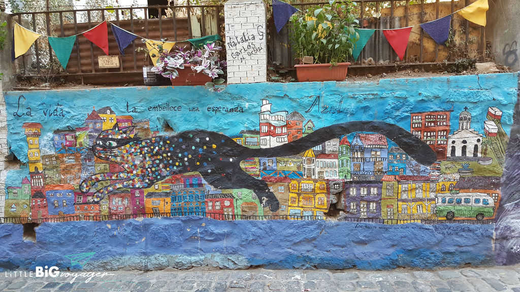 This is a mural in Valparaiso showing a running cat