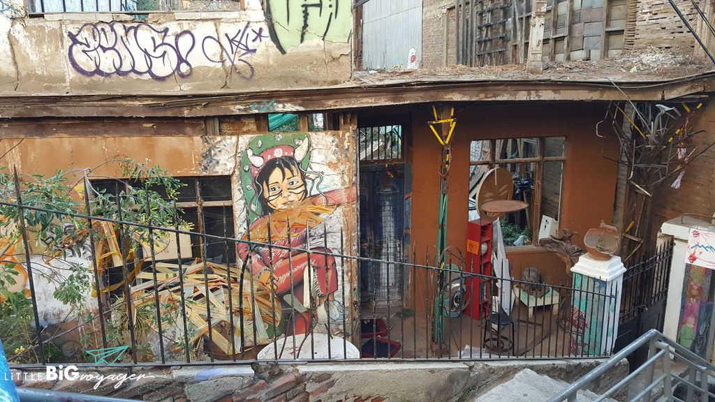 street art in Valpariso making the best of it